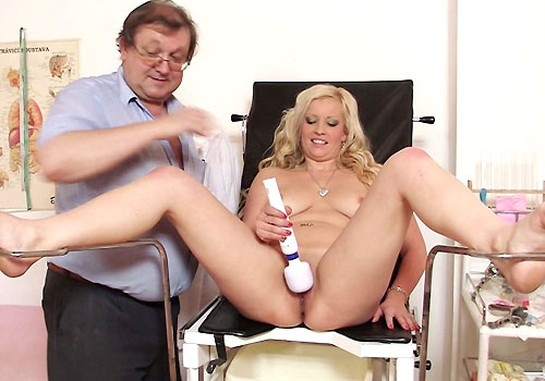 Huge Boobs Blond Jennifer Spreads Legs and Satisfies herself in addition to Plastic penis